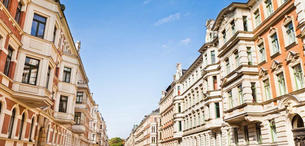 Straße mit Wohn-und Geschäftshäusern, Wohn-und Geschäftshäuser gehören auch zum Assetclass im Portfolio von Zinshaus Oberbayern