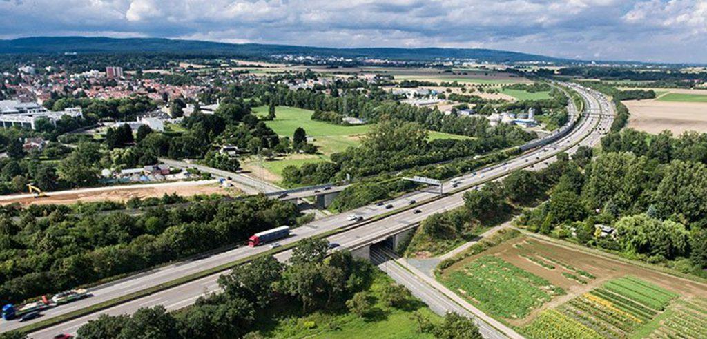 Blick von oben auf das Autobahnnetz und Gewerbegebiet- Gewerbegrundstücke gehören auch zur Assetklasse im Portfolio von Zinshaus-Oberbayern