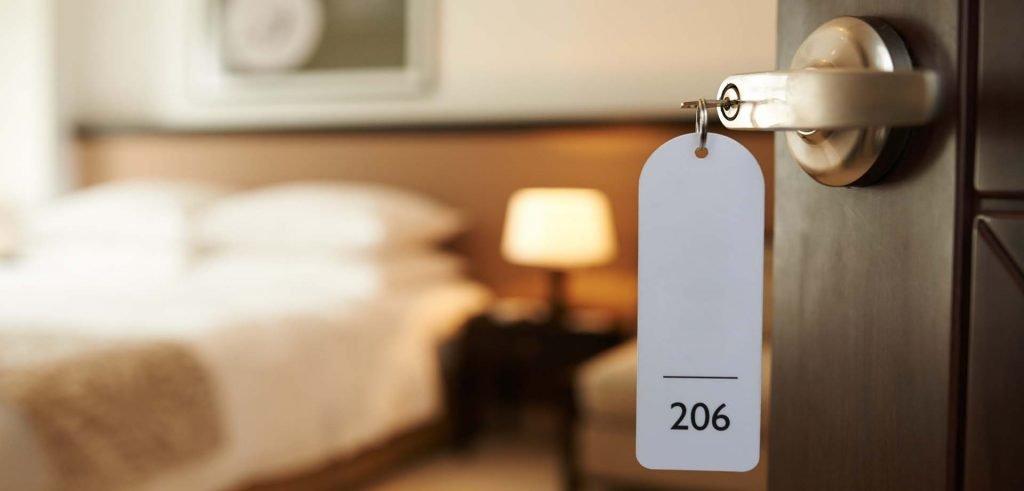 Offene Eingangstür zum Hotelzimmer