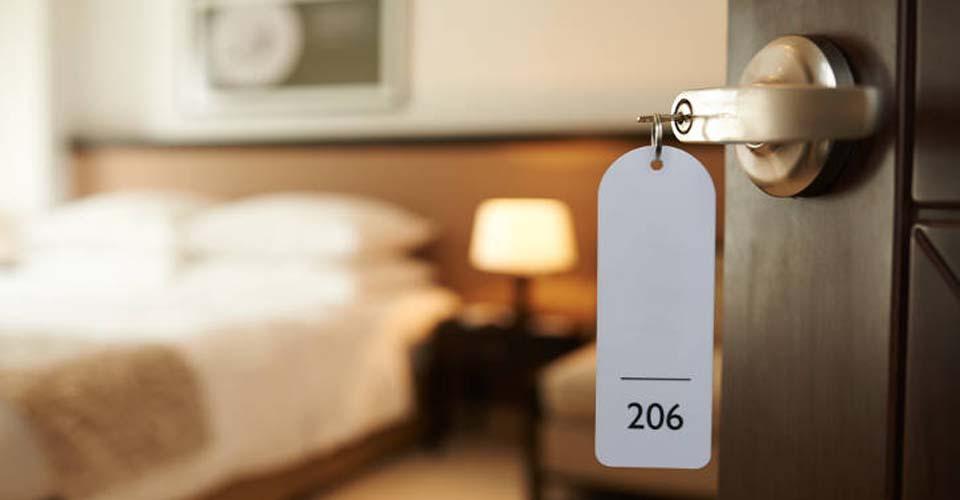Offene Tür zu einem Hotelzimmer - Hotels gehören auch zum Assetclass im Portfolio von Zinshaus Oberbayern